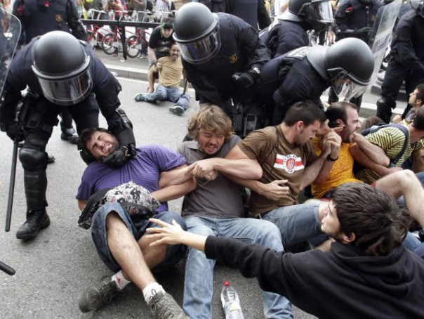 Occupy Barcelona cops pacifists