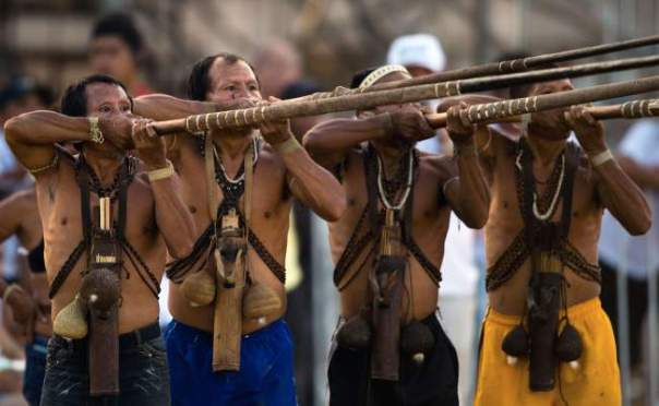 Brazilian natives of the Matis tribe take part in a blowpipe event, during the first day of the International Games of Indigenous Peoples, in Cuiaba, state of Mato Grosso, on November 10, 2013. (Photo by Christophe Simon/AFP Photo)