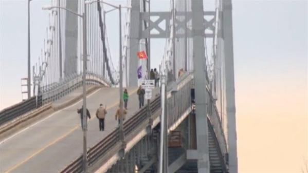 Protesters on the Seaway International Bridge at Akwesasne, Mohawk territory, Nov 9, 2013.