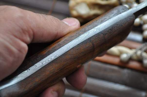 Here you can see the full tang with handle scales.