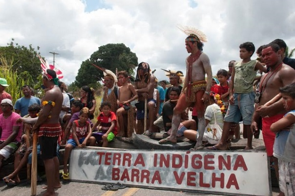 Indigenous people of ethnic Pataxo struggle to return their lands. In October 2014, they closed the highway to pressure the government. (Photo: Santiago Navarro F.)