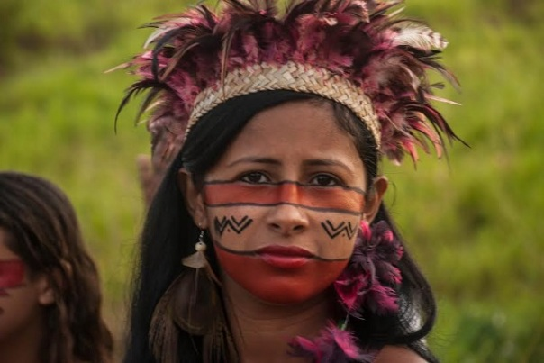 Indigenous women of the ethnic Pataxo join other women fighting for recognition of their land. (Photo: Santiago Navarro F.)