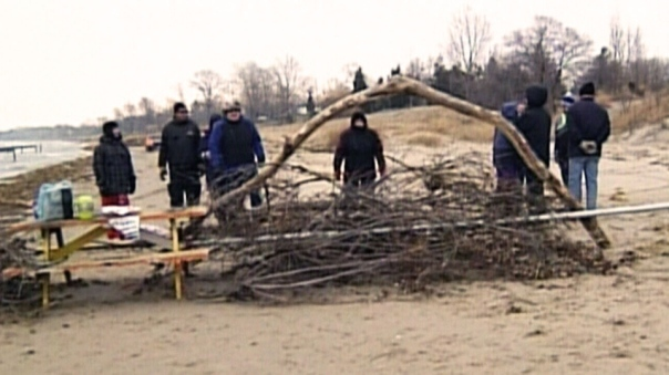 Barricade erected on beach by non-Native homeowners, Dec 2014.