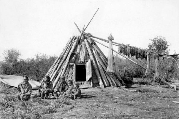 Yakut family outside urasa sumerhouse, around 1900 (via kunstkamera.ru)