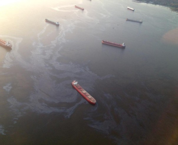 Oil leaks from a freighter in English Bay, Vancouver, BC, April 9, 2015.
