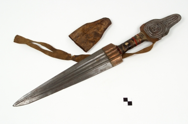 Knife/Dagger with killer whale effigy and handle cover (Hunting/Fishing/Warfare: Warfare)