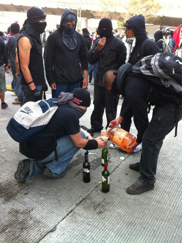 black-bloc-mexico-prez-2012-molotovs