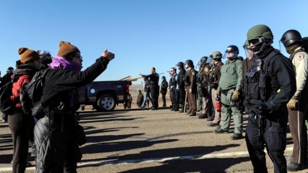 dapl-confront-riot-cops