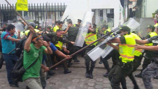 shuar-ecuador-riot-cops