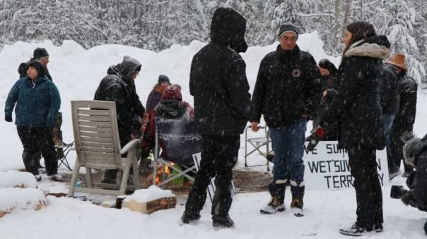 unistoten-supporters-at-rcmp-exclusion-zone